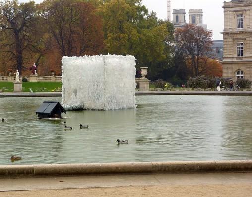 Le cube du Luxembourg - 2009/2010 - Cube en polyane installé au milieu du bassin octogonal du Jardin du Luxembourg à Paris, le temps de la restauration de la fontaine.